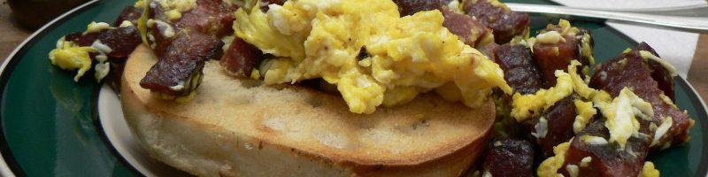brunch-bagel-salami-eggs